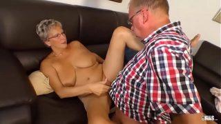 По окончании хмурого доминирующего порно с парнем девка лижет мужскую семенную жидкость
